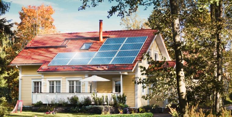 Kotitalouksienkin on mahdollista tuottaa osa tarvitsemastaan energiasta esimerkiksi aurinkopaneelien avulla.